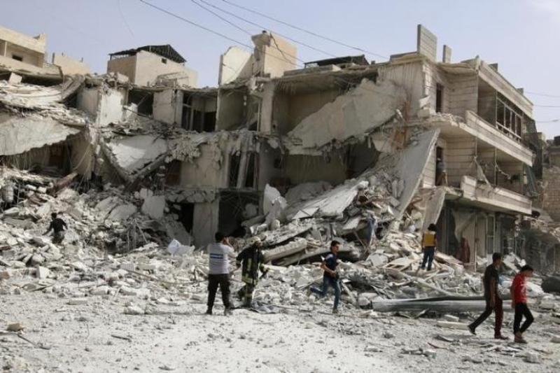 Orang-orang memeriksa kerusakan bangunan usai serangan udara di al-Qaterji, Aleppo, 21 September 2016. (Foto: Reuters)