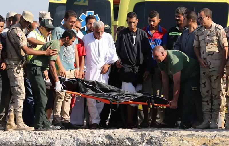 Tim SAR mengangkut salah satu jenazah dari 162 orang korban tewas (Foto: Mohamed Abd El Ghany/Reuters)