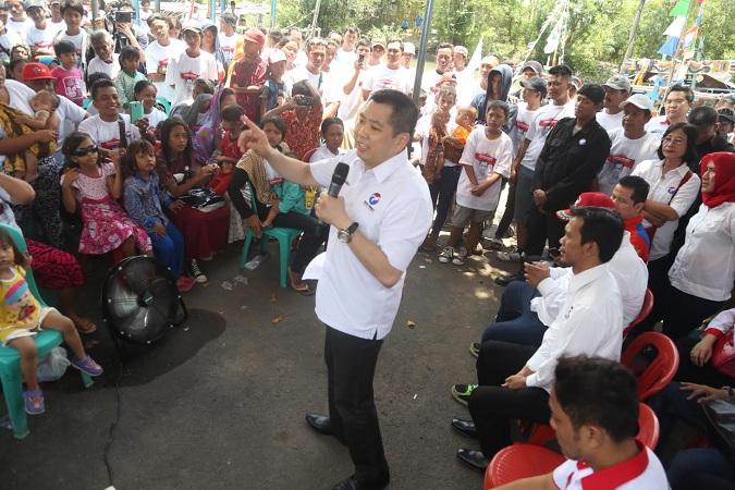 Ketua Umum Partai Perindo Hary Tanoesoedibjo saat berdialog bersama nelayan di Desa Samadikun. (MNC Media)