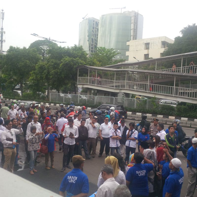 Massa pendukung Sandiaga Uno padati depan Kantor KPUD DKI Jakarta (Foto: Fakhri/Okezone)