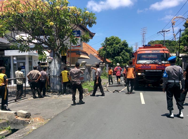 Petugas menangani kebakaran ruangan milik Polda Bali di Denpasar (Raiza/Okezone)