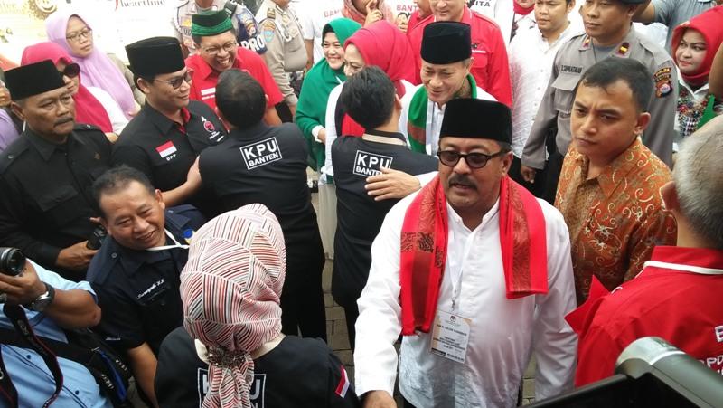 Rano Karno didampingi para pendukungnya saat mendaftar di KPUD Banten (Iqbal/Okezone)
