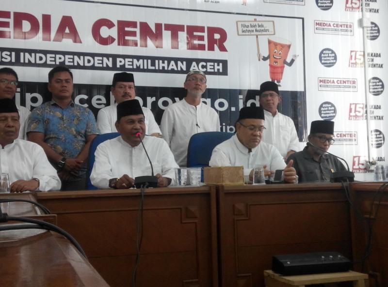 Cagub Aceh Abdullah Puteh (dua dari kiri) memberi keterangan pers di Media Center KIP Aceh (Rayful/Okezone)