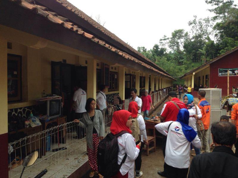 Relawan Rescue Perindo saat membersihkan sekolah korban banjir dan longsor Sumedang (Foto: Okezone)