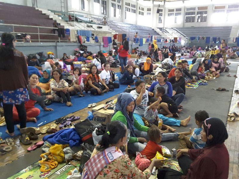 Warga korban banjir dan longsor mengungsi di GOR Tadjimalela, Sumedang, Jawa Barat (Foto: Okezone)
