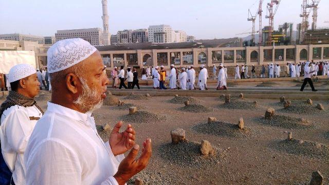 Jamaah haji saat berdoa di Makam Baqi (foto: Saifulloh/Okezone)