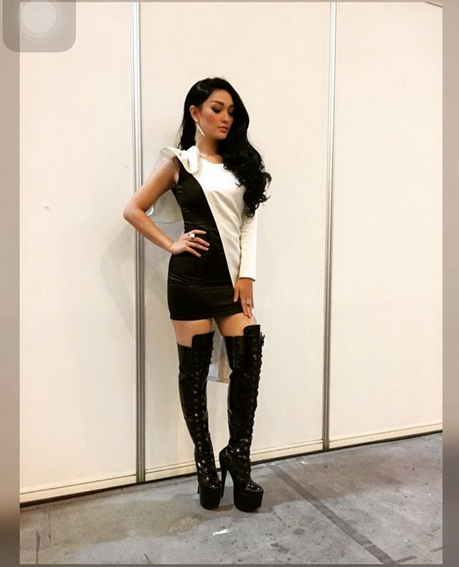https: img.okezone.com content 2016 09 29 194 1501425 ami-award-2016-kenakan-knee-high-boots-zaskia-gotik-bak-kim-kardashian-V0fszWnnHk.jpg