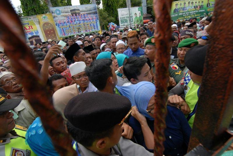 Keluarga Berdesakan saat Jemuput Saudaranya yang Pulang Haji (Foto: Zen/Okezone)