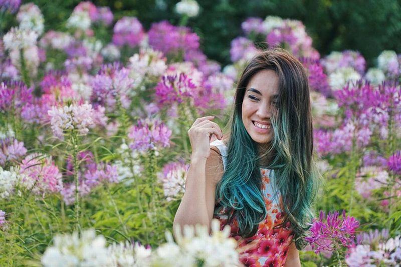 https: img.okezone.com content 2016 10 06 406 1508145 foto-sambangi-korsel-wanita-cantik-ini-habiskan-waktu-di-taman-bunga-di3zFmFqGO.jpg
