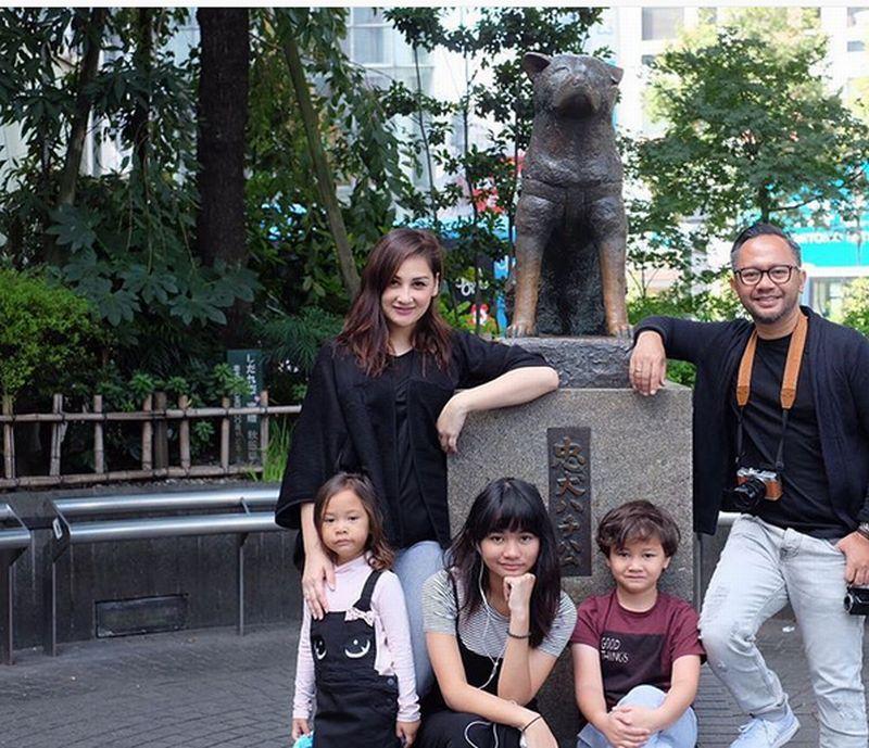 https: img.okezone.com content 2016 10 08 406 1509742 foto-datang-ke-jepang-keluarga-mona-ratuliu-abadikan-momen-patung-hatchiko-woElsf0VvN.jpg