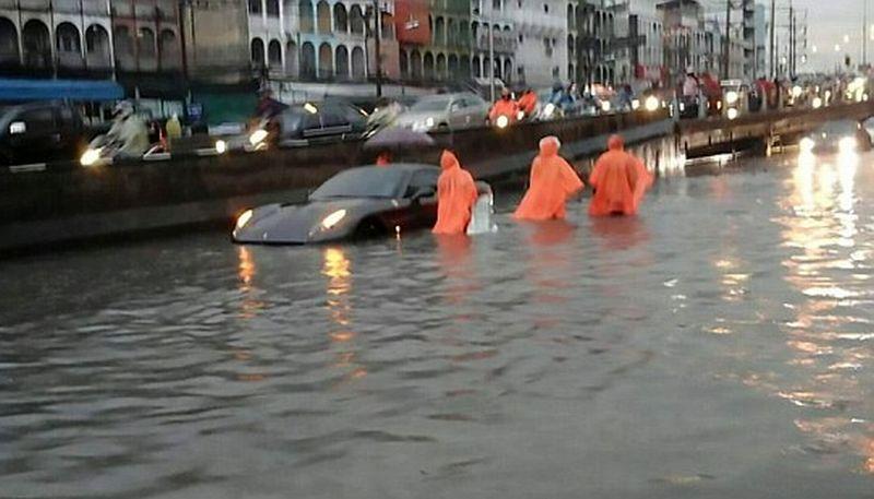 Ferrari Seharga Rp7,8 M Terjebak Banjir di Jalan