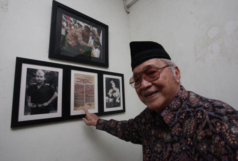 https: img.okezone.com content 2016 10 10 51 1511190 mengenang-aksi-kiper-legendaris-indonesia-maulwi-saelan-vEgFaqkIqm.jpg