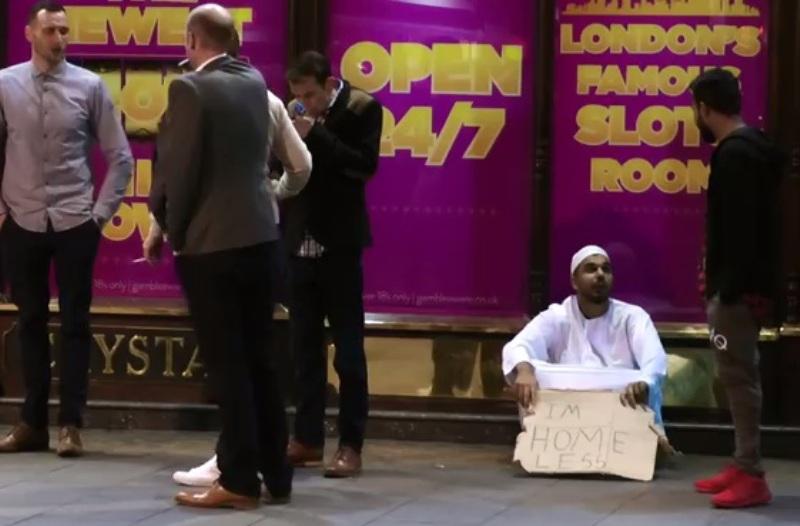 https: img.okezone.com content 2016 10 11 18 1511307 islamophobia-naik-326-di-inggris-pria-pakistan-buktikan-sebaliknya-KFRe8vTmly.jpg