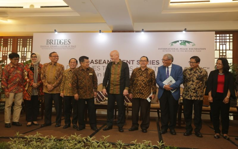 https: img.okezone.com content 2016 10 13 65 1513881 tujuh-peraih-nobel-perdamaian-akan-kunjungi-indonesia-b2kucqCWG8.jpg