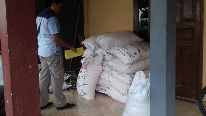 Polisi Gerebek Toko Penjual Pupuk Bersubsidi di Pondok Aren