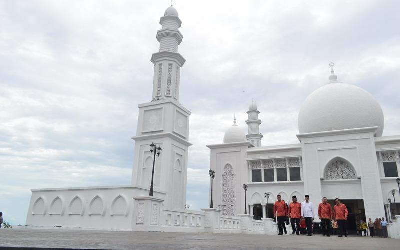 https: img.okezone.com content 2016 10 16 406 1516048 mengintip-kemegahan-masjid-terapung-oesman-al-khair-pjygbfnqwA.JPG