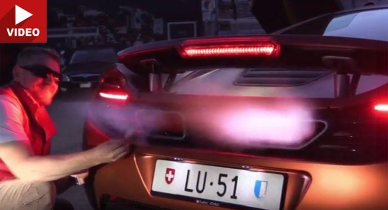 Menyalakan rokok bisa menggunakan api yang menyembur dari knalpot supercar McLaren (Carscoops)