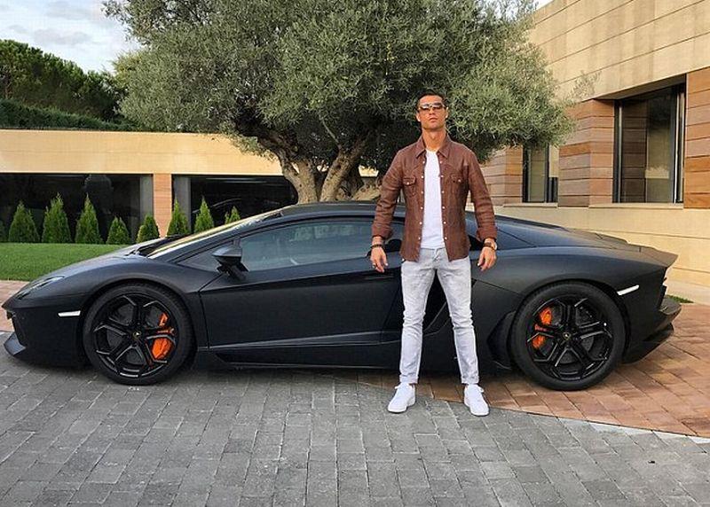 Cristiano Ronaldo unggah foto dirinya dengan Lamborghini Aventador di media sosial (Instagram)