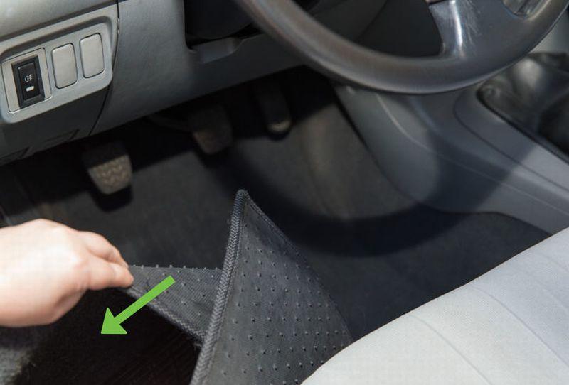 Hasil gambar untuk cari sumber bau pada mobil