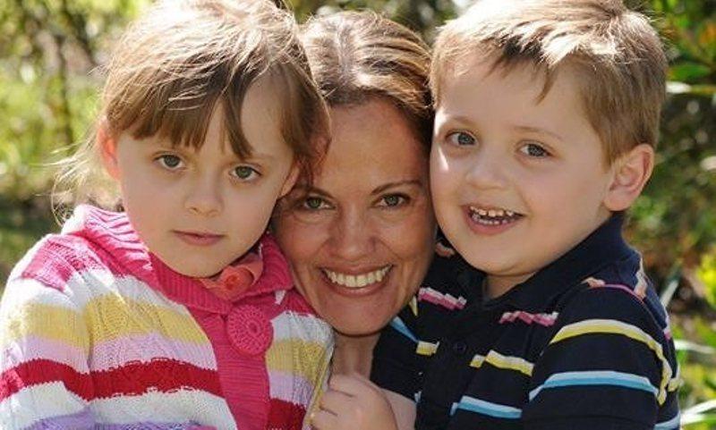 Maria Lutz bersama kedua buah hatinya. (Foto: Facebook)