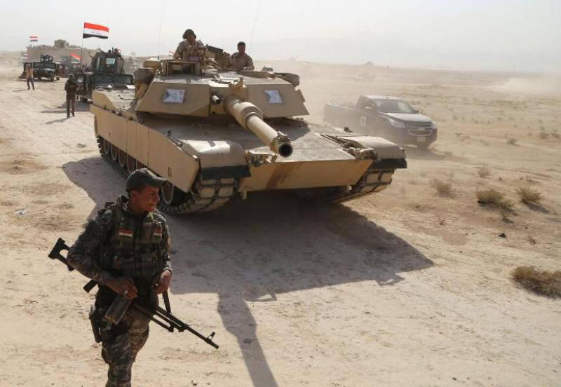 Pasukan keamanan Irak bergerak maju di Qyarra, selatan Mosul, 18 Oktober 2016. (Foto: Reuters)