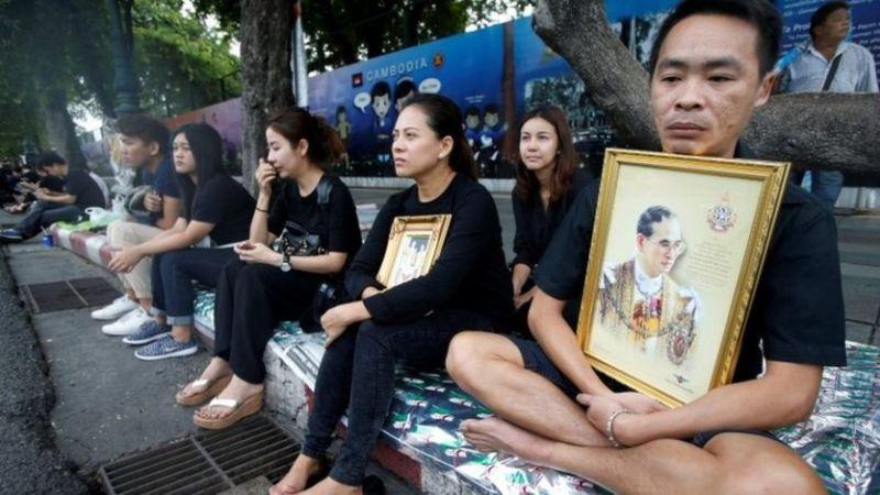 Rakyat Thailand mengenang mendiang Raja Bhumibhol Adulyadej selama masa berkabung 30 hari. (Foto: Reuters)