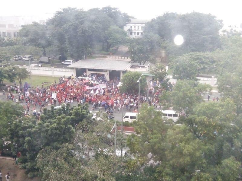 Foto demonstran yang berkumpul di depan Kedubes AS di Manila (Foto: Twitter)