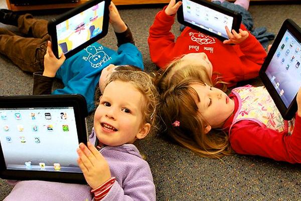 Anak main gadget (Foto: Google)