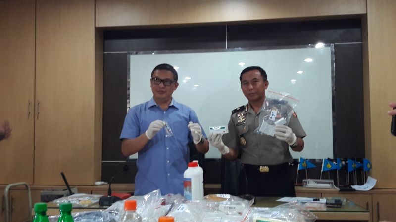 Polisi menggelar barang bukti vaksin palsu di Mabes Polri, Jakarta (Dara Purnama/Okezone)