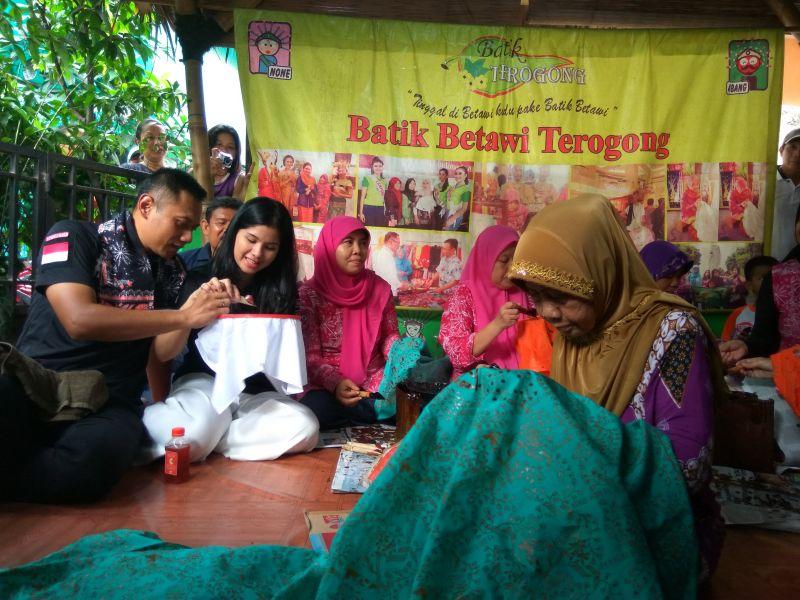 Bacagub DKI Agus Yudhoyono beserta istri sedang belajar membatik (Foto: Badri/Okezone)