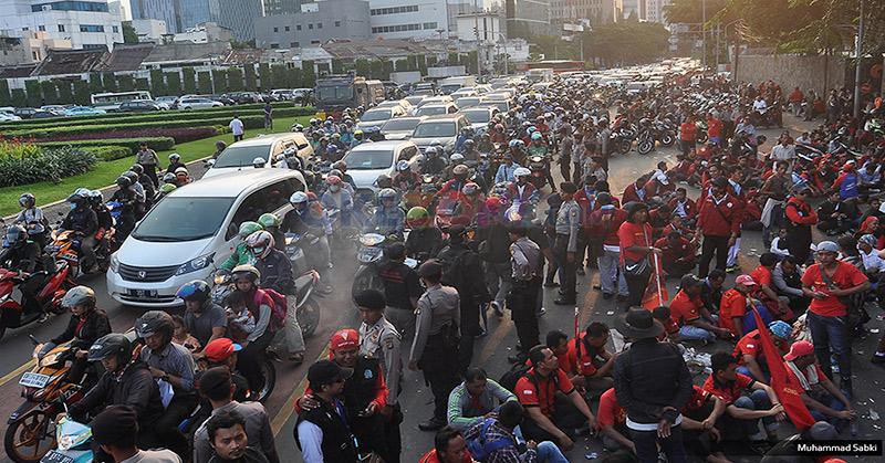 Demo buruh macetkan lalu lintas di sekitar Tugu Tani, Jakarta Pusat. (Foto: M Sabki/Okzone)