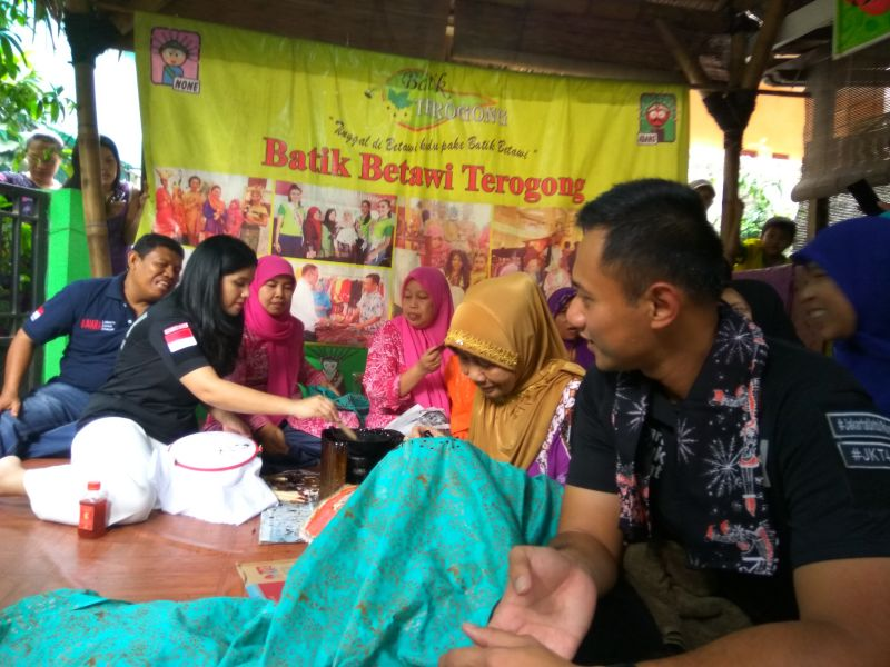Bacagub DKI Agus Yudhoyono beserta istri sedang berkunjung ke pengrajin batik Terogong (Foto: Badri/Okezone)