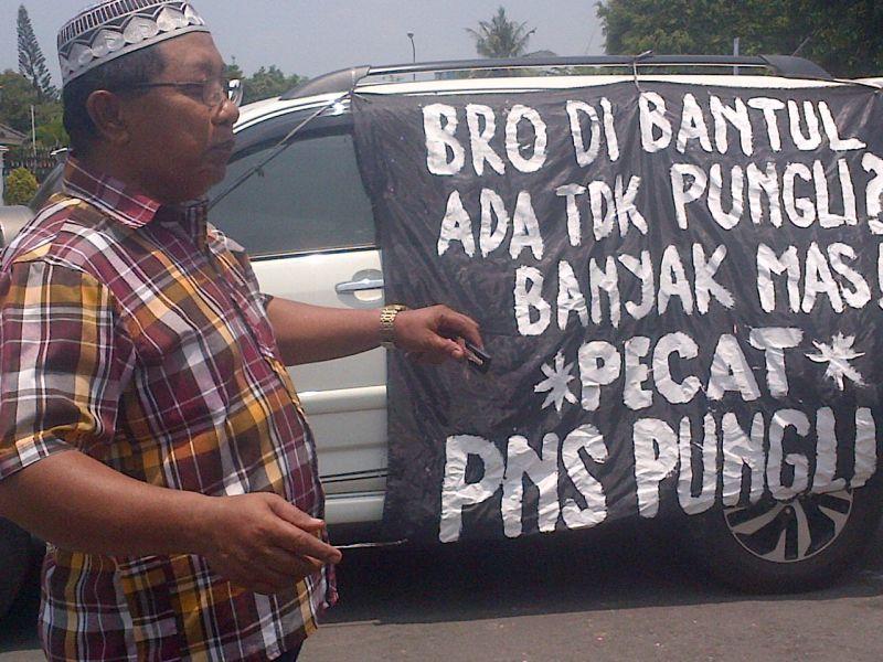 Ngadiyono saat melakukan aksi solo sikapi dugaan maraknya praktik pungli di Bantul (Foto: Yuwono/Sindoradio)