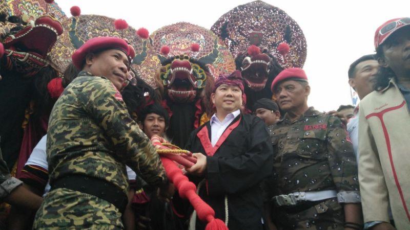 Ketua Umum Partai Perindo Hary Tanoesoedibjo saat menerima pecut sakti (Foto: Zen/Okezone)