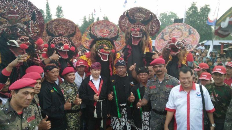 Ketua Umum Partai Perindo Hary Tanoesoedibjo saat foto bersama seniman jaranan Kediri (Foto: Zen/Okezone)