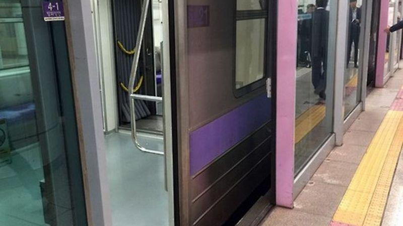 Foto pintu pengaman yang menjadi lokasi insiden terjepitnya sang pria (Foto: Channel News Asia)