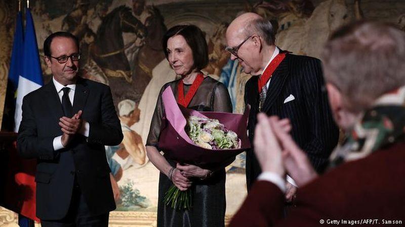 Foto pasangan Hayes menerima tanda jasa dari Presiden Francois Hollande (Foto: Getty Image/AFP)