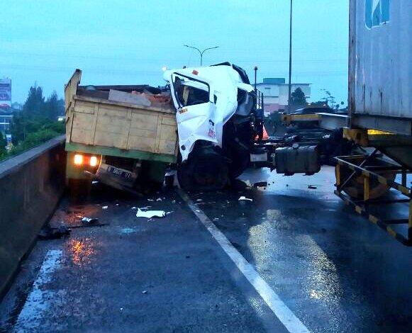 Dua Truk Kecelakaan di Tol Jati Warna Arah Cikunir