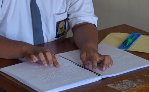 Alat Edu Braille Karya Mahasiswa Surabaya Diuji Coba