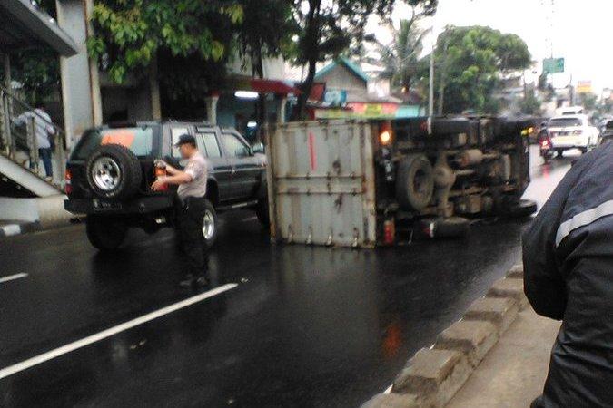 Truk terguling di Jalan Daan Mogot. (Foto: @TMCPoldaMetro)