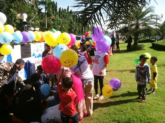 Pendukung Anies-Sandi Bagikan 5.000 Balon kepada Warga ...