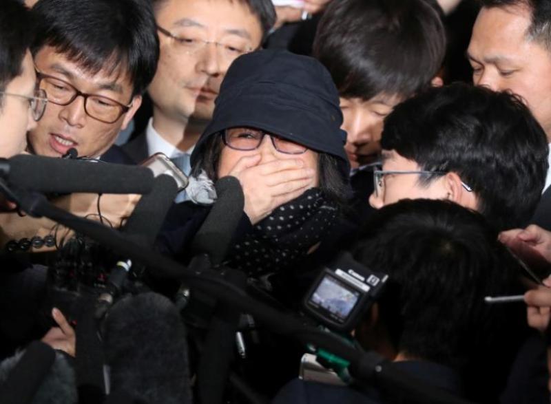Choi Soon-sil meminta maaf di depan kantor kejaksaan di Seoul. (Foto: Reuters)