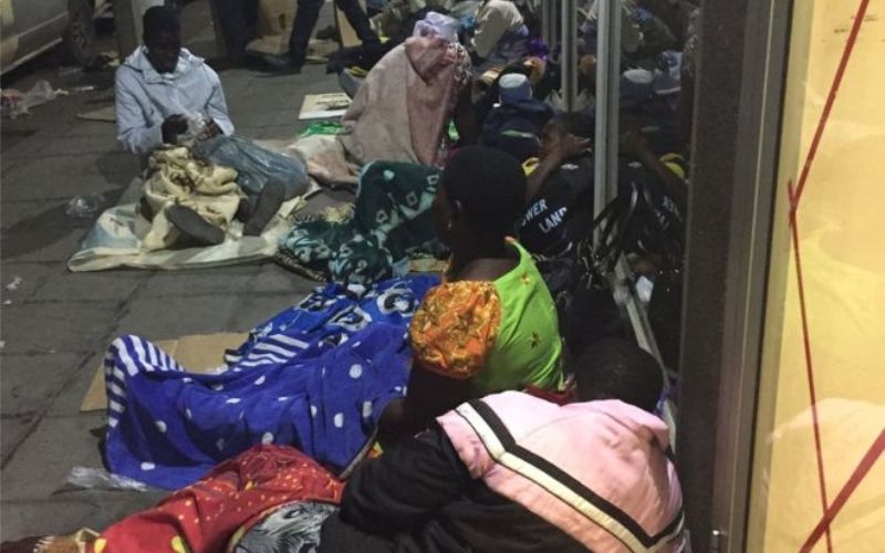 Warga Zimbabwe bermalam depan bank, mengantri untuk dapatkan Rp655 ribu. (Foto: BBC)