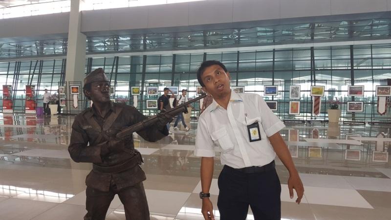 https: img.okezone.com content 2016 11 10 338 1538418 pahlawan-bermunculan-di-bandara-soekarno-hatta-KNqAfzrzEk.jpg
