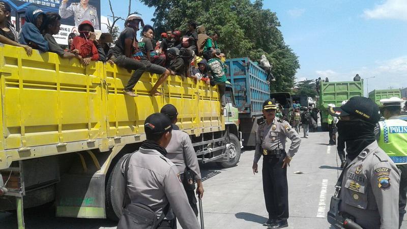 Tertinggal Rombongan Bus, Ratusan Bonek Diangkut Truk