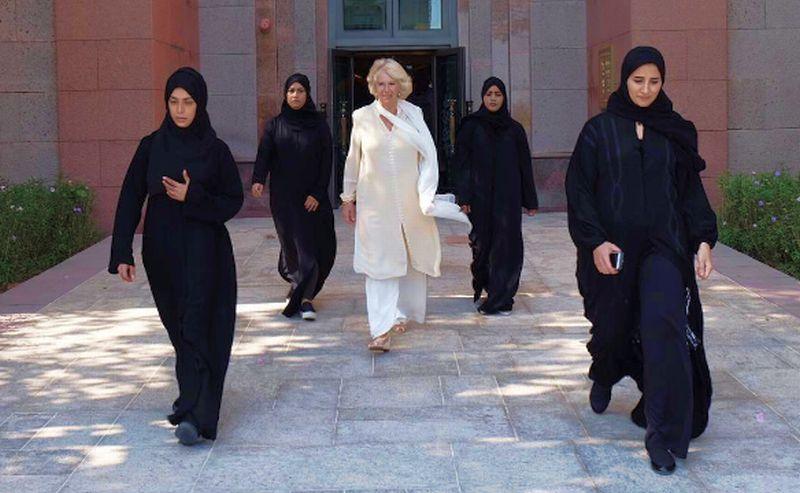 Dari kiri ke kanan: Shaima al Kaabi, Basima al Kaabi, Hannan al Hatawi (di belakang Camilla), Nisreen al Samawi dan Salama al Remeithi mengawal istri Pangeran Charles, Camilla Parker, selama di Uni Emirat Arab. (Foto: Clarence House)