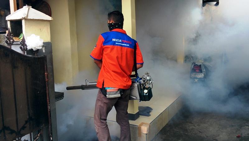 https: img.okezone.com content 2016 11 15 340 1541677 cegah-wabah-demam-berdarah-rescue-perindo-fogging-di-denpasar-9hhN5dAsIi.jpg