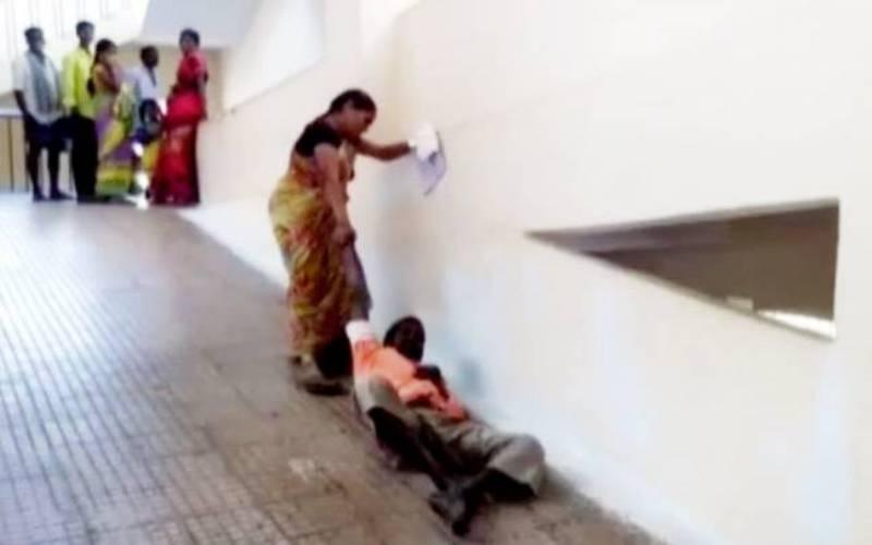 Sree Vani menyeret Srivinasa Chary karena pihak RS tidak memberi tandu (Foto: India Today)