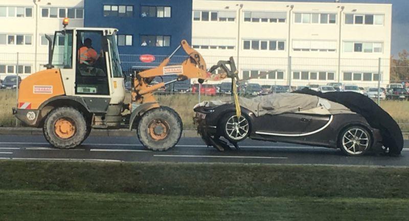https: img.okezone.com content 2016 11 28 15 1553656 duh-bugatti-chiron-seharga-rp34-m-kecelakaan-diangkat-pakai-traktor-9R2Q93XQhz.jpg