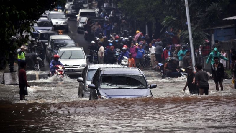 ilustrasi mobil terjang banjir (Okezone)